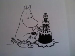 Moominmamma decorating a cake